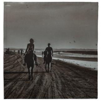 Junge Paar-Reitpferde am Strand Serviette