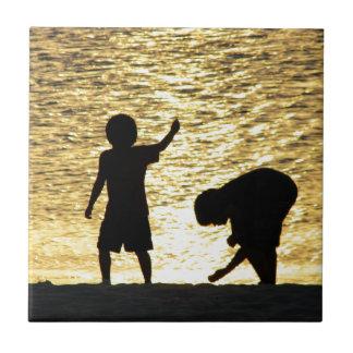 Jungen am Sonnenuntergang Fliese