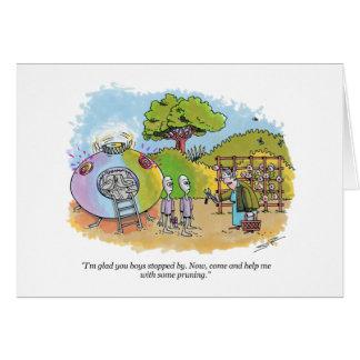 Jungen hielten bei sich Cartoongrußkarte kurz auf Karte
