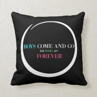 Jungen kommen und gehen, aber Bücher sind Forever Kissen