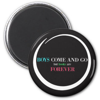 Jungen kommen und gehen, aber Bücher sind Forever Runder Magnet 5,7 Cm