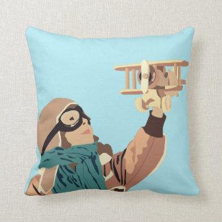 Junges Mädchen mit hölzernem Flugzeug-Kissen Kissen