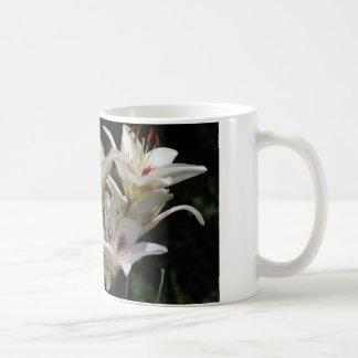 Kaffee-Tasse mit weißen Lilien Kaffeetasse