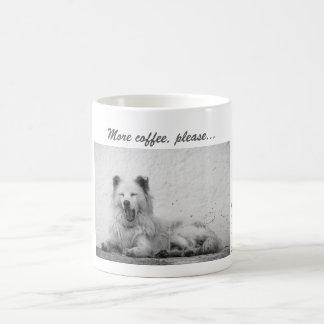 Kaffee-Tasse - schläfriger weißer Hund auf Tasse