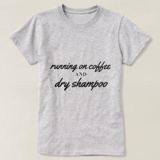 Kaffee und trockenes Shampoo-T-Stück T-Shirt