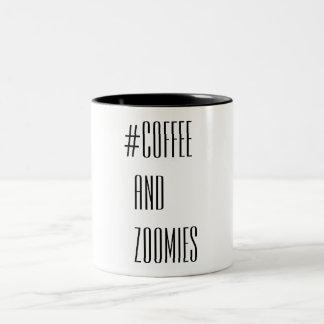 Kaffee und Zoomies Zweifarbige Tasse