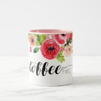 Kaffee zuerst mit dem bunten Aquarell mit Blumen Zweifarbige Tasse
