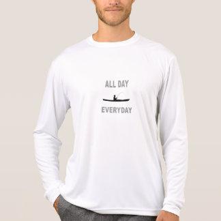 Kajak, der den ganzen Tag tägliches fischt T-Shirt