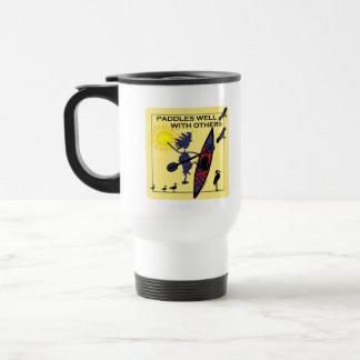 Kajak schaufelt gut auf Gelb Reisebecher