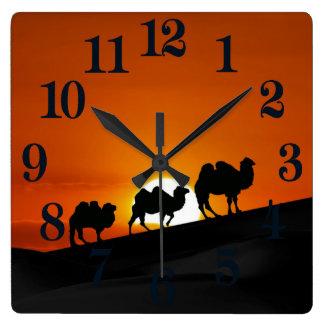 Kamele am Sonnenuntergang Quadratische Wanduhr