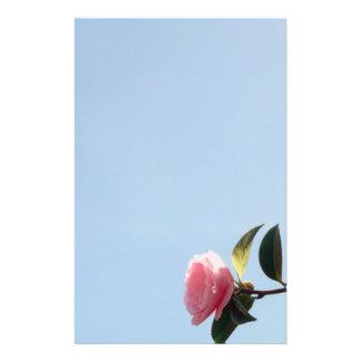 Kamelien-rosa Blumen-blauer Himmel Briefpapier