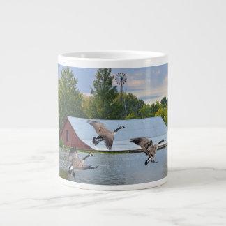 Kanada-Gänse, die auf dem Teich landen Jumbo-Tasse