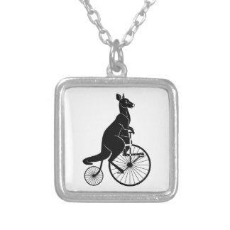 Känguru, der ein Vintages Fahrrad reitet Versilberte Kette