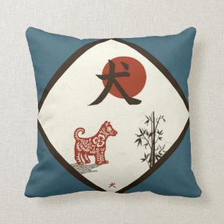 Kanji-Hund auf Blau Kissen