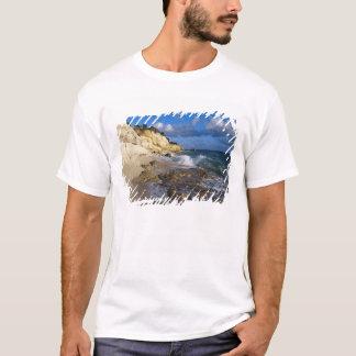 Karibische Meere, St Martin, Klippen bei Cupecoy T-Shirt