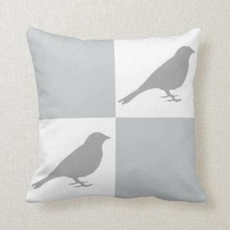 Kariertes graues u. weißes Vogel-Kissen Kissen