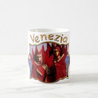 Karnevals-Paare in den roten Kostümen Kaffeetasse