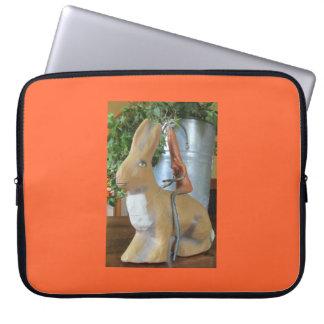 Karotte, die ein Kaninchen reitet Laptopschutzhülle