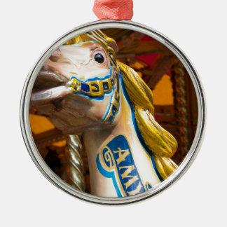 Karussellpferd auf fröhlichem goround rundes silberfarbenes ornament