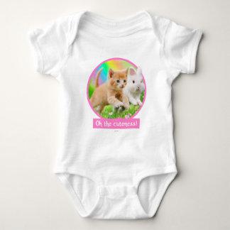Kätzchen u. Häschen mit Regenbogen Baby Strampler