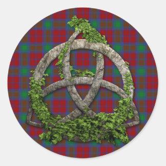 Keltischer Dreiheits-Knoten und Clan-LindsayTartan Runder Aufkleber