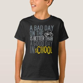 Kinder, die T-Shirt radfahren