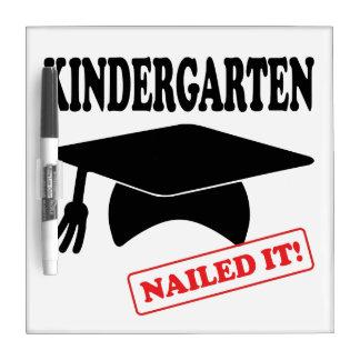 Kindergarten nagelte es memoboard