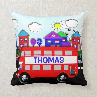 Kinderpersonalisierter großer roter Bus Kissen