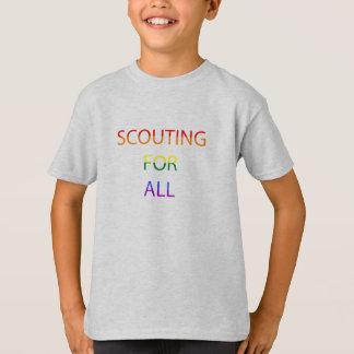 Kindes, das für allen T - Shirt kundschaftet