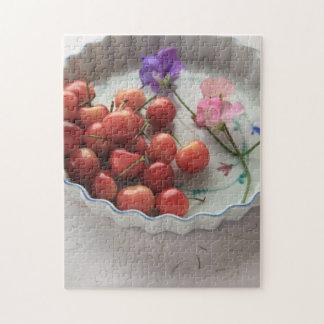 Kirschen und süße Erbsen in der Tortenplatte