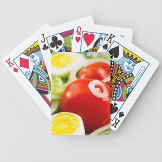 Kirschtomaten und gekochte Eier in einem Salat Poker Karten