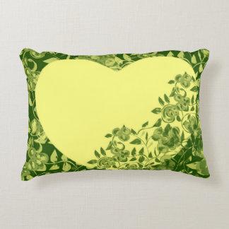 Kissen Blumen Blätter Zweige und ein gelbes Herz