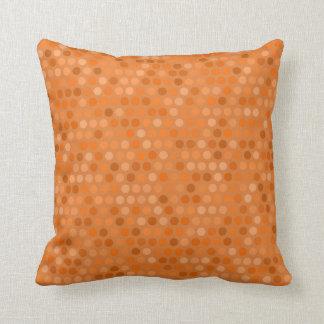 Kissen mit geometrischem orange Tupfen-Entwurf
