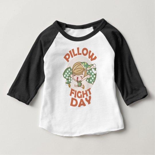 Kissenschlacht-Tag Baby T-shirt