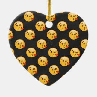 Kissy stellen Emojis gegenüber Keramik Herz-Ornament