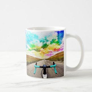 Klassisches Fikeshot mit einem Pop der Farbe Kaffeetasse