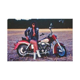 Klassisches Pinup-Mädchen auf einem Motorrad Leinwanddruck