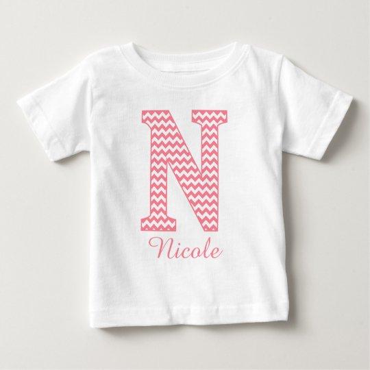 Klassisches Preppy rosa Zickzack Buchstabe- Baby T-shirt
