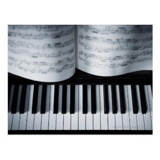 Klavier-Schlüssel und Musikbuch Postkarte