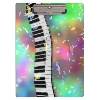 Klavier-Schlüssel und Musiknoten Klemmbrett