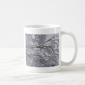 Klebriger Schnee fest zu den Niederlassungen Kaffeetasse