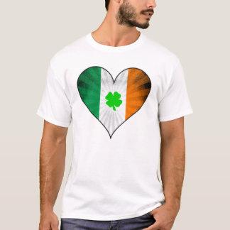 Klee in einem irischen Flaggen-Herzen T-Shirt