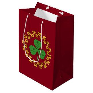 Kleeblatt und Knüpfarbeit auf Rot Mittlere Geschenktüte