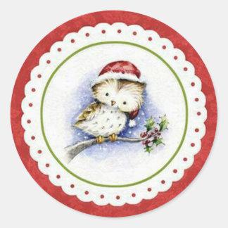 Kleine Eulen-tragende Weihnachtskappe in den Runder Aufkleber