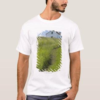 Kleine Kirche auf dem kanadischen Grasland T-Shirt