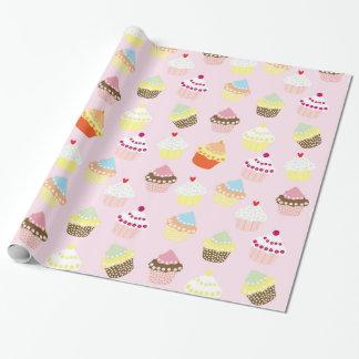 Kleine Kuchen auf Rosa Geschenkpapier