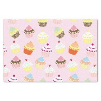 Kleine Kuchen auf Rosa Seidenpapier