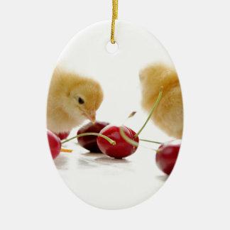 Kleine Küken und frische Kirschen Ovales Keramik Ornament