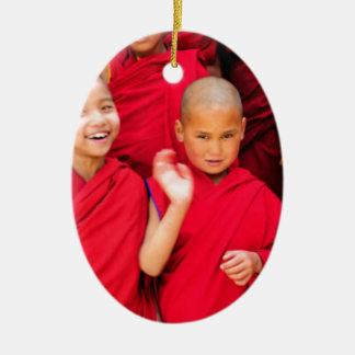 Kleine Mönche in den roten Roben Keramik Ornament