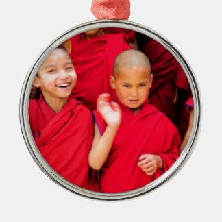 Kleine Mönche in den roten Roben Silbernes Ornament